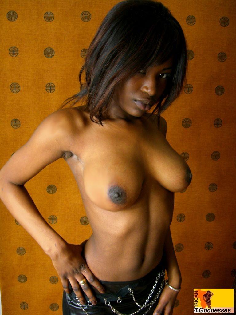 【海外エロ画像】肌の色なんて関係なく余裕wピンクに染めたい黒人美女の裸体www 03
