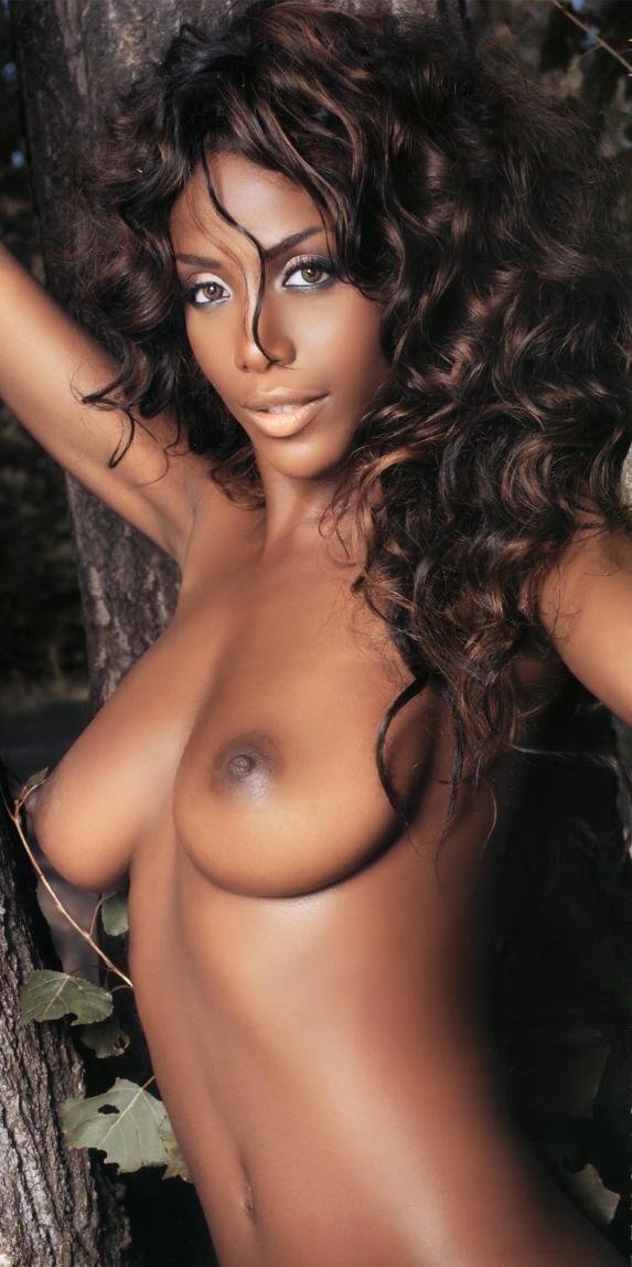 【海外エロ画像】肌の色なんて関係なく余裕wピンクに染めたい黒人美女の裸体www 05