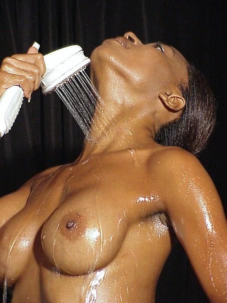 【海外エロ画像】肌の色なんて関係なく余裕wピンクに染めたい黒人美女の裸体www 07