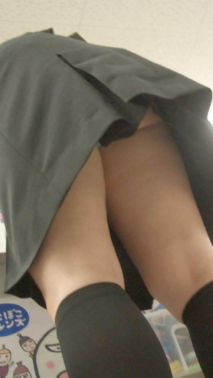 【パンチラエロ画像】見えそうなミニスカが上なら下に回り込む一択!鼻息荒げてローアングルパンチラ激写www 07