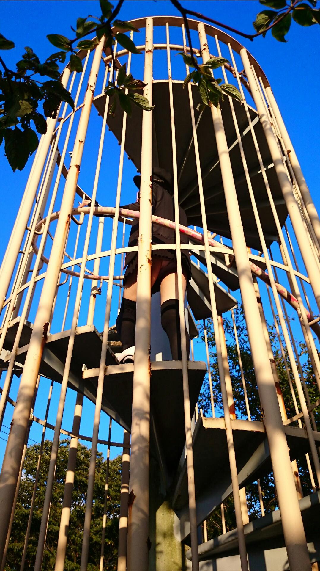 【パンチラエロ画像】見えそうなミニスカが上なら下に回り込む一択!鼻息荒げてローアングルパンチラ激写www 09