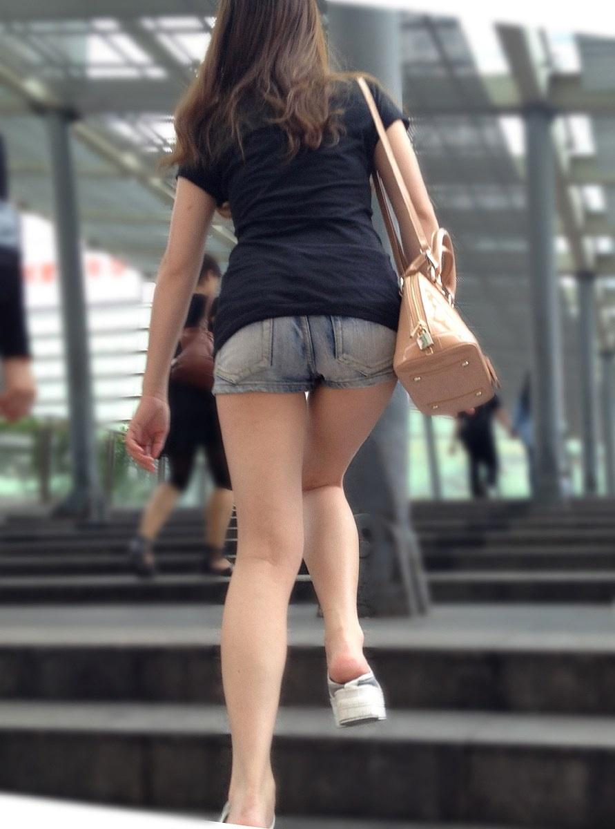 【太ももエロ画像】悩ましげなムチムチが歩いて揺れる!触れたくなる街角太ももwww 07