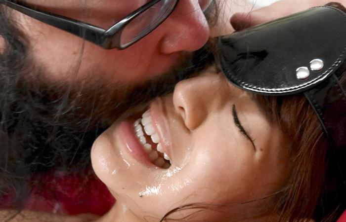 【接吻エロ画像】内心引いてます?キモ男の遠慮なきベロキスの洗礼を受ける美女www 001