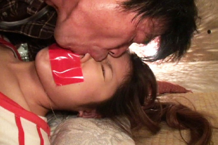 【接吻エロ画像】内心引いてます?キモ男の遠慮なきベロキスの洗礼を受ける美女www 02