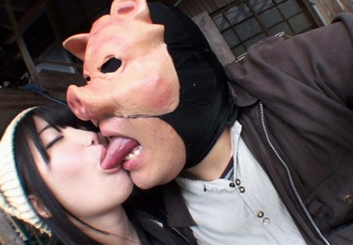【接吻エロ画像】内心引いてます?キモ男の遠慮なきベロキスの洗礼を受ける美女www 05