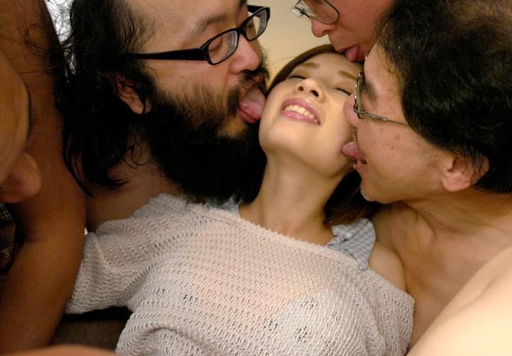 【接吻エロ画像】内心引いてます?キモ男の遠慮なきベロキスの洗礼を受ける美女www 07