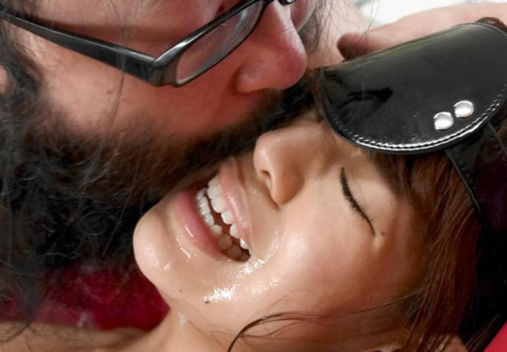 【接吻エロ画像】内心引いてます?キモ男の遠慮なきベロキスの洗礼を受ける美女www 13