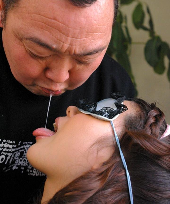 【接吻エロ画像】内心引いてます?キモ男の遠慮なきベロキスの洗礼を受ける美女www 24