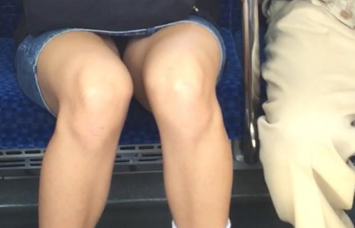 【美脚&チラリズムエロ画像】パンツ見えずとも諦めない!電車の対面から美脚チェックwww 001