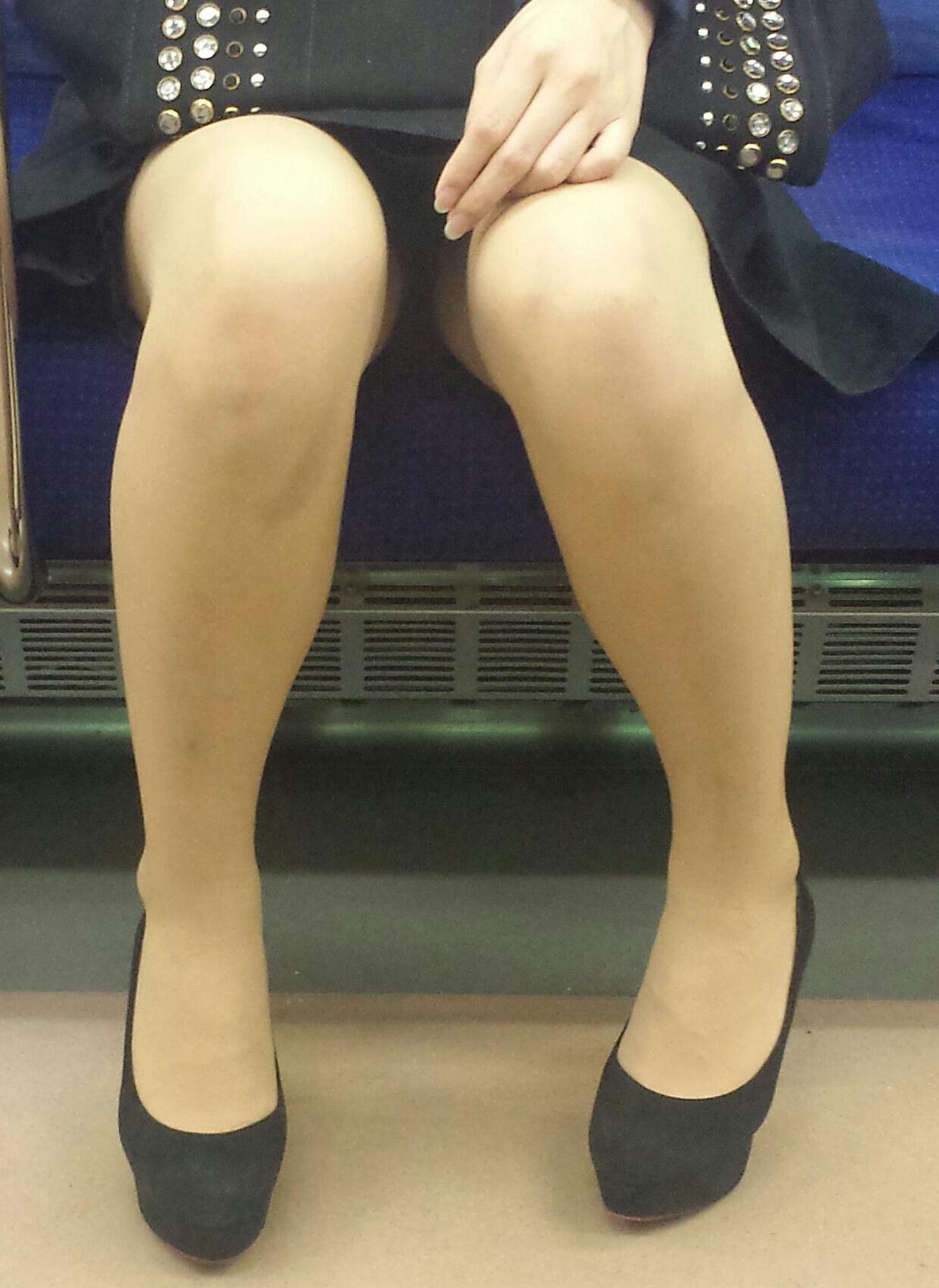 【美脚&チラリズムエロ画像】パンツ見えずとも諦めない!電車の対面から美脚チェックwww 01