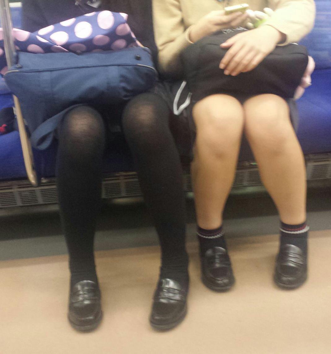 【美脚&チラリズムエロ画像】パンツ見えずとも諦めない!電車の対面から美脚チェックwww 05