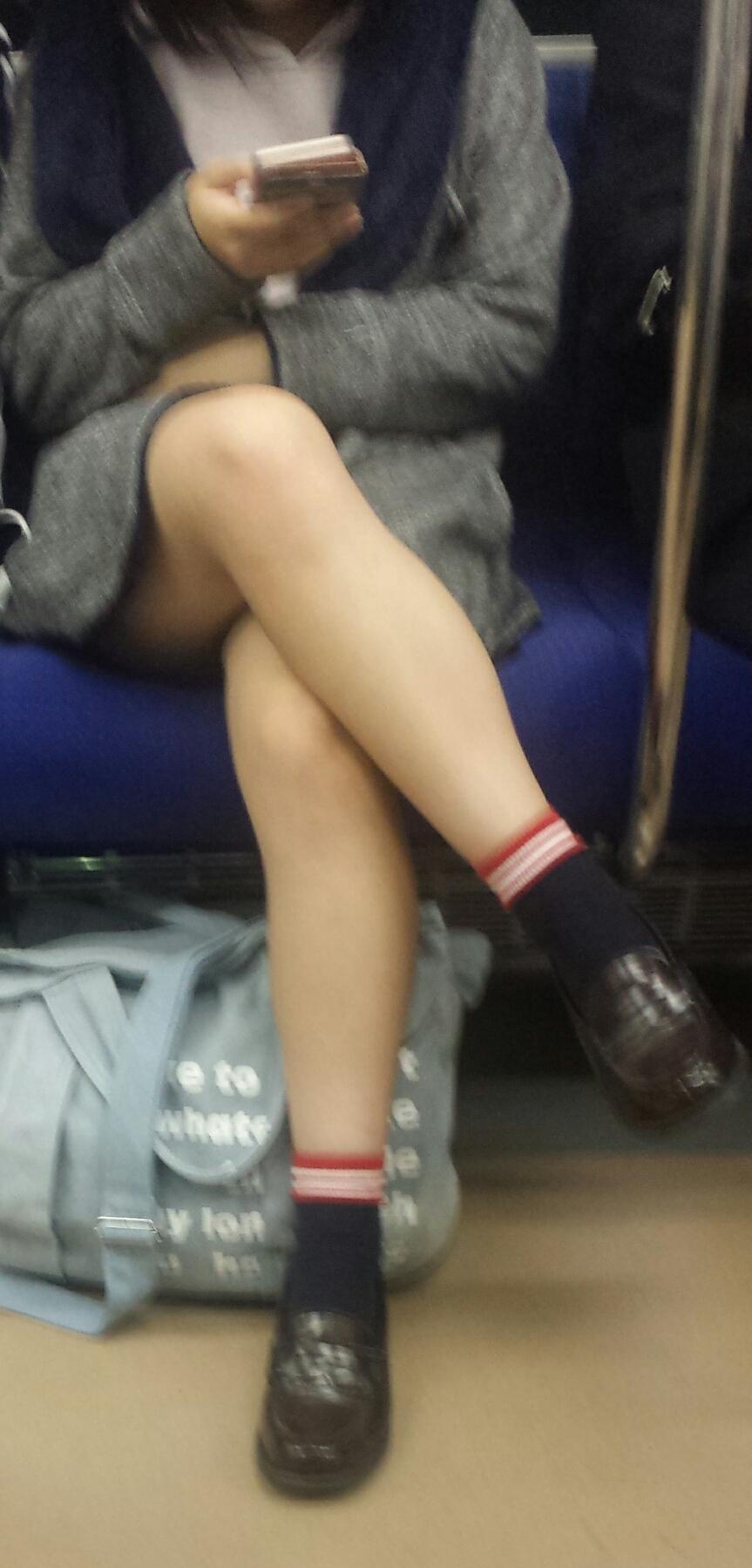 【美脚&チラリズムエロ画像】パンツ見えずとも諦めない!電車の対面から美脚チェックwww 06