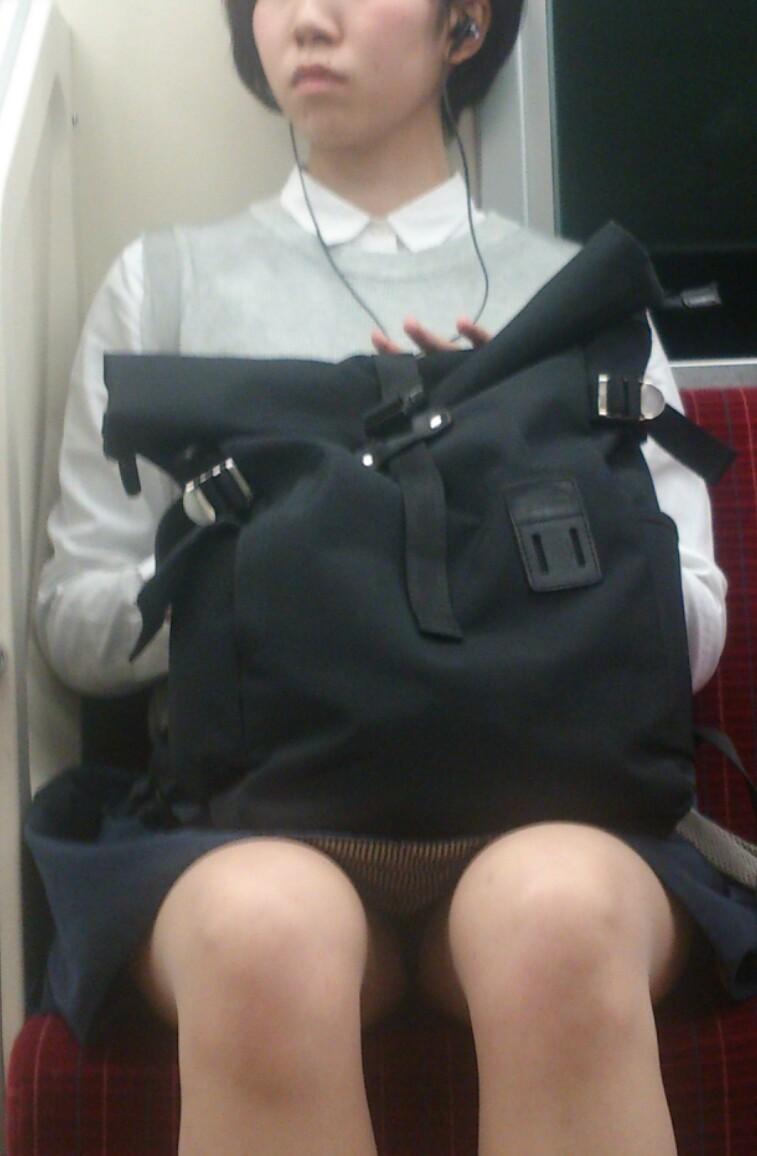 【美脚&チラリズムエロ画像】パンツ見えずとも諦めない!電車の対面から美脚チェックwww 10