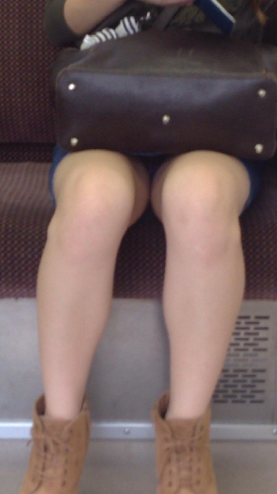 【美脚&チラリズムエロ画像】パンツ見えずとも諦めない!電車の対面から美脚チェックwww 11