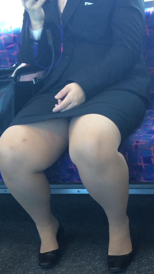 【美脚&チラリズムエロ画像】パンツ見えずとも諦めない!電車の対面から美脚チェックwww 13