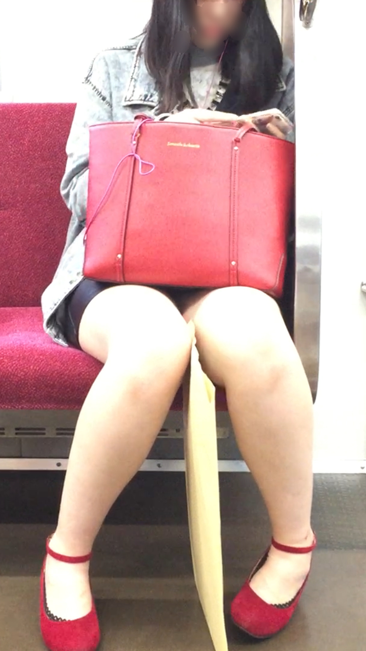 【美脚&チラリズムエロ画像】パンツ見えずとも諦めない!電車の対面から美脚チェックwww 15