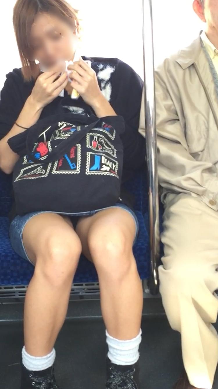 【美脚&チラリズムエロ画像】パンツ見えずとも諦めない!電車の対面から美脚チェックwww 16