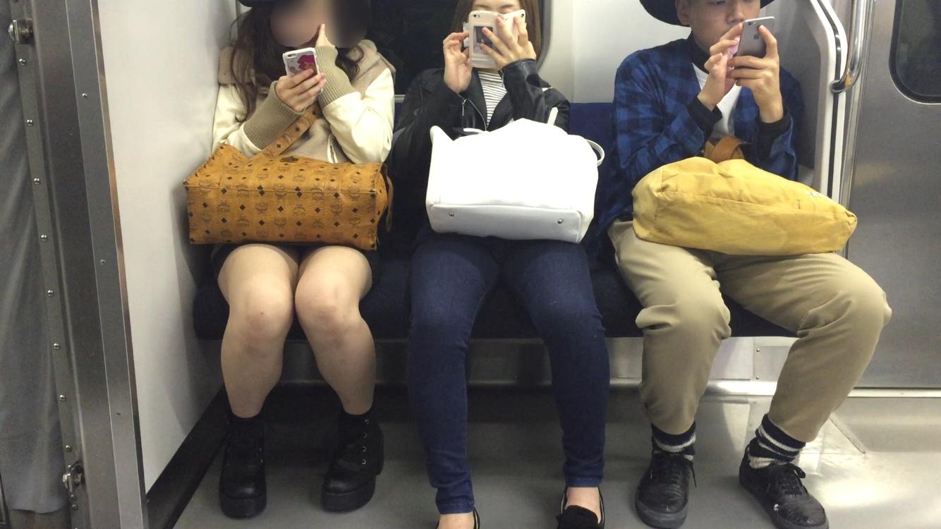 【美脚&チラリズムエロ画像】パンツ見えずとも諦めない!電車の対面から美脚チェックwww 19