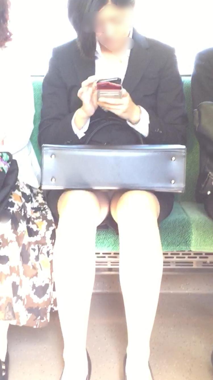 【美脚&チラリズムエロ画像】パンツ見えずとも諦めない!電車の対面から美脚チェックwww 20