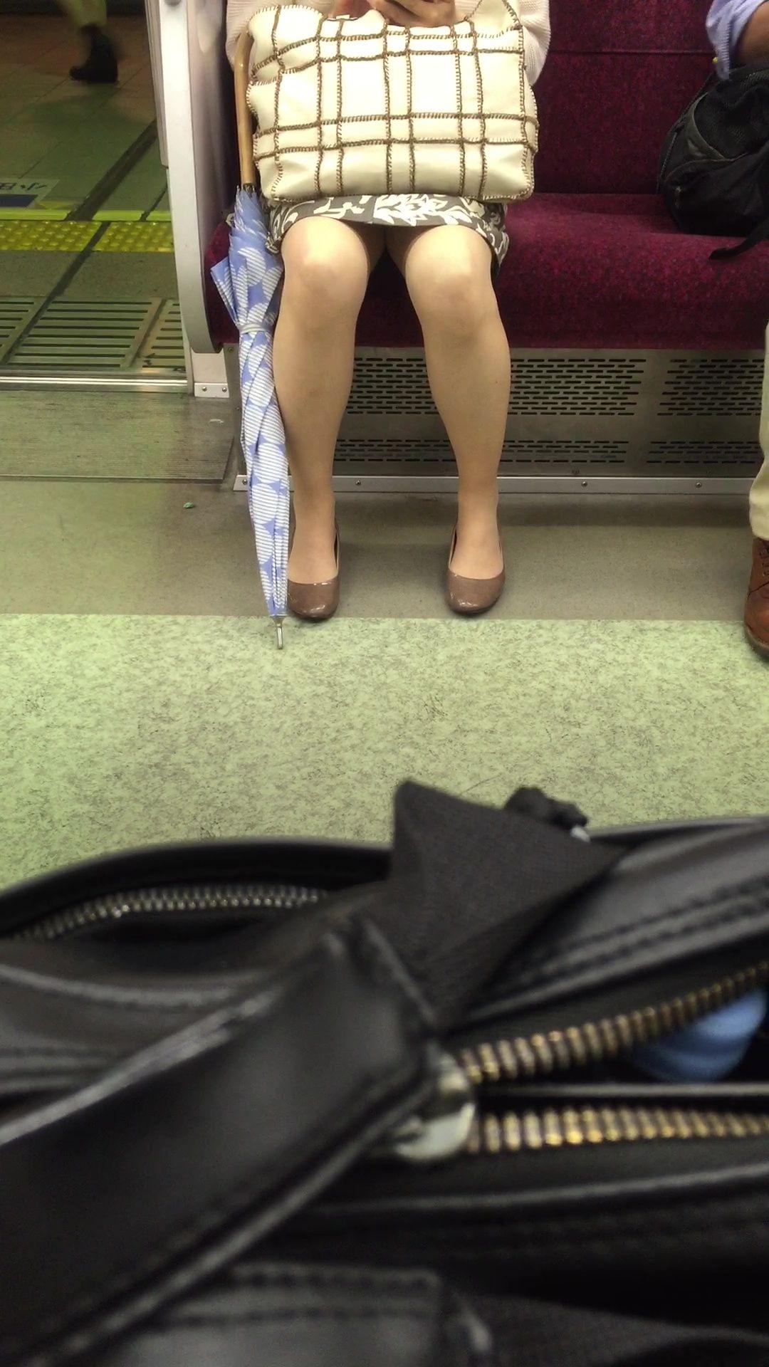 【美脚&チラリズムエロ画像】パンツ見えずとも諦めない!電車の対面から美脚チェックwww 26