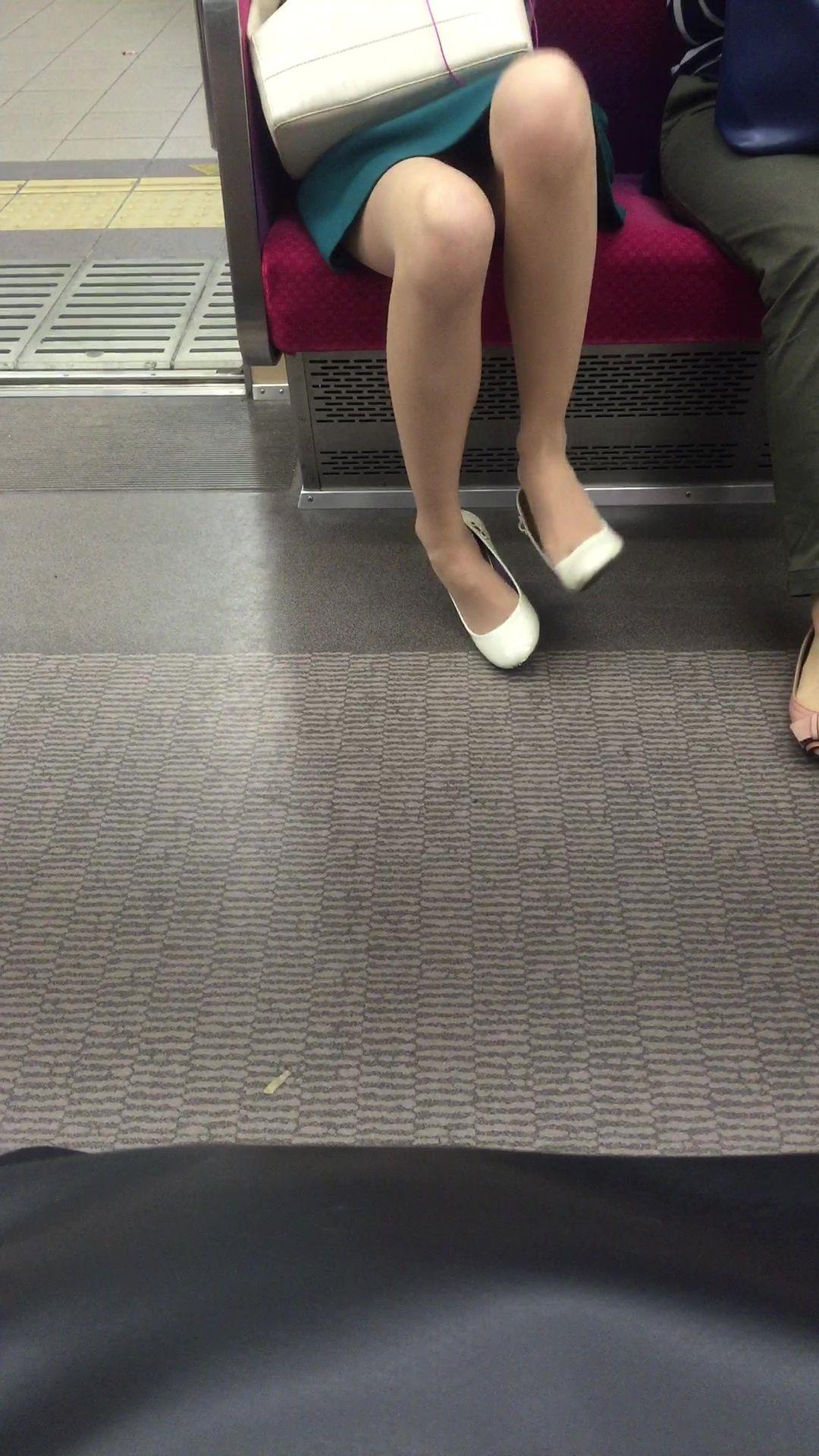 【美脚&チラリズムエロ画像】パンツ見えずとも諦めない!電車の対面から美脚チェックwww 27