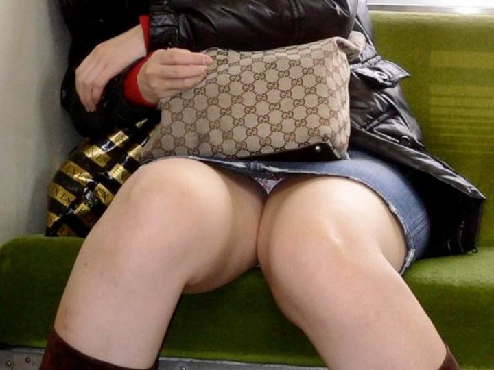 【美脚&チラリズムエロ画像】パンツ見えずとも諦めない!電車の対面から美脚チェックwww 28