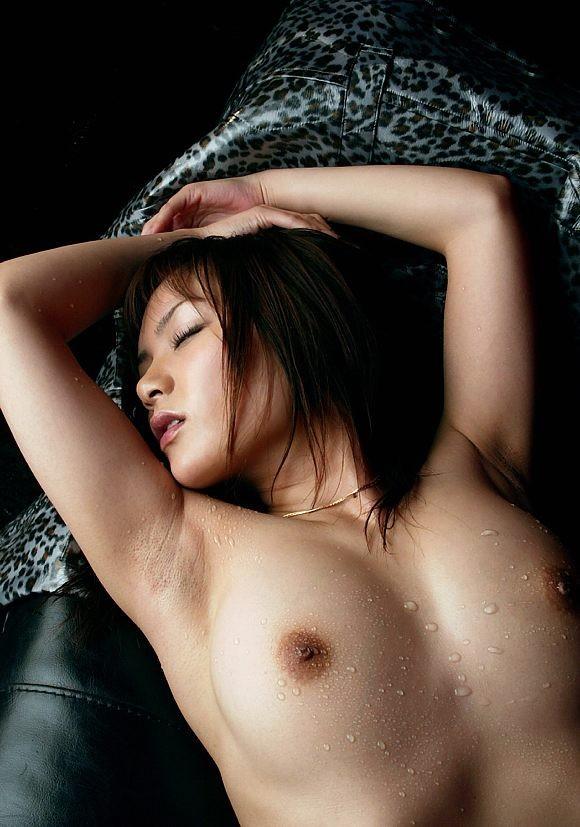【腋フェチエロ画像】おっぱいは置いといてw乳を超えた?舐めたいと思わせる腋下www 22