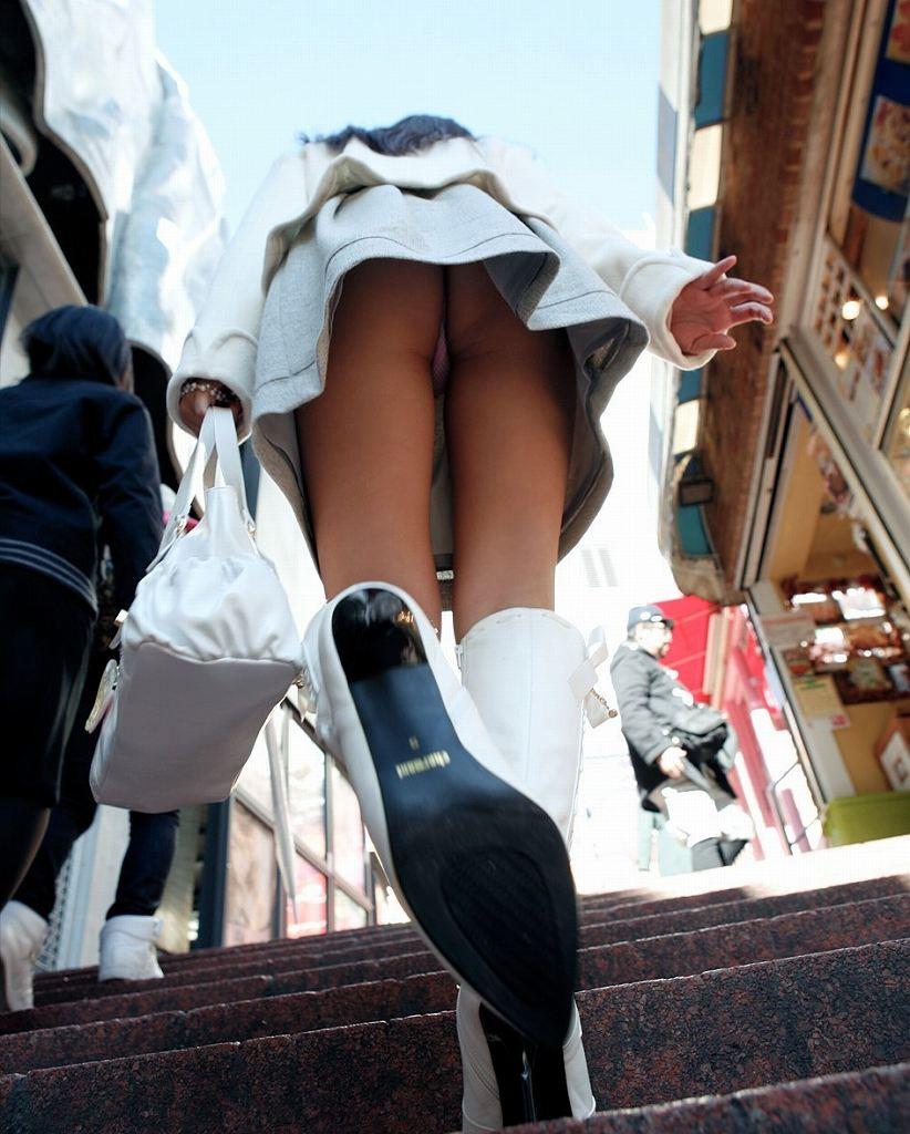【パンチラエロ画像】履いているのが判明した時点で持ち主のイメージもガラリと変わるTバックパンチラwww 19