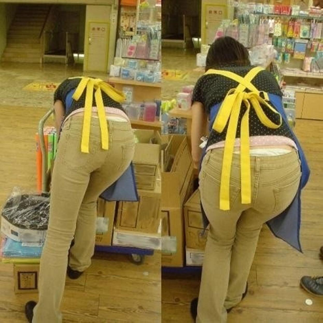 【ローライズエロ画像】猫背のところ後ろから失礼w腰からハミ出す下着が無防備ローライズ女子www 05