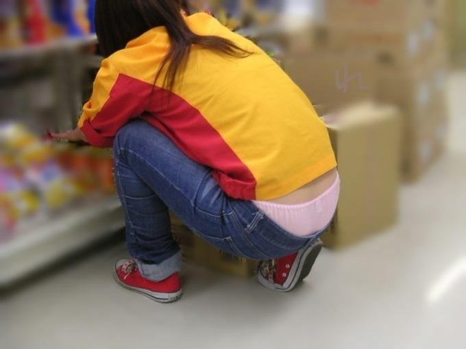 【ローライズエロ画像】猫背のところ後ろから失礼w腰からハミ出す下着が無防備ローライズ女子www 19