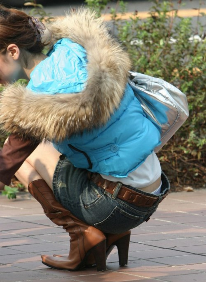 【ローライズエロ画像】猫背のところ後ろから失礼w腰からハミ出す下着が無防備ローライズ女子www 20