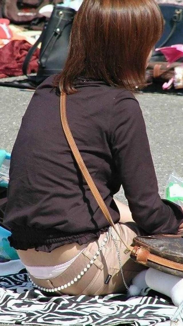 【ローライズエロ画像】猫背のところ後ろから失礼w腰からハミ出す下着が無防備ローライズ女子www 25