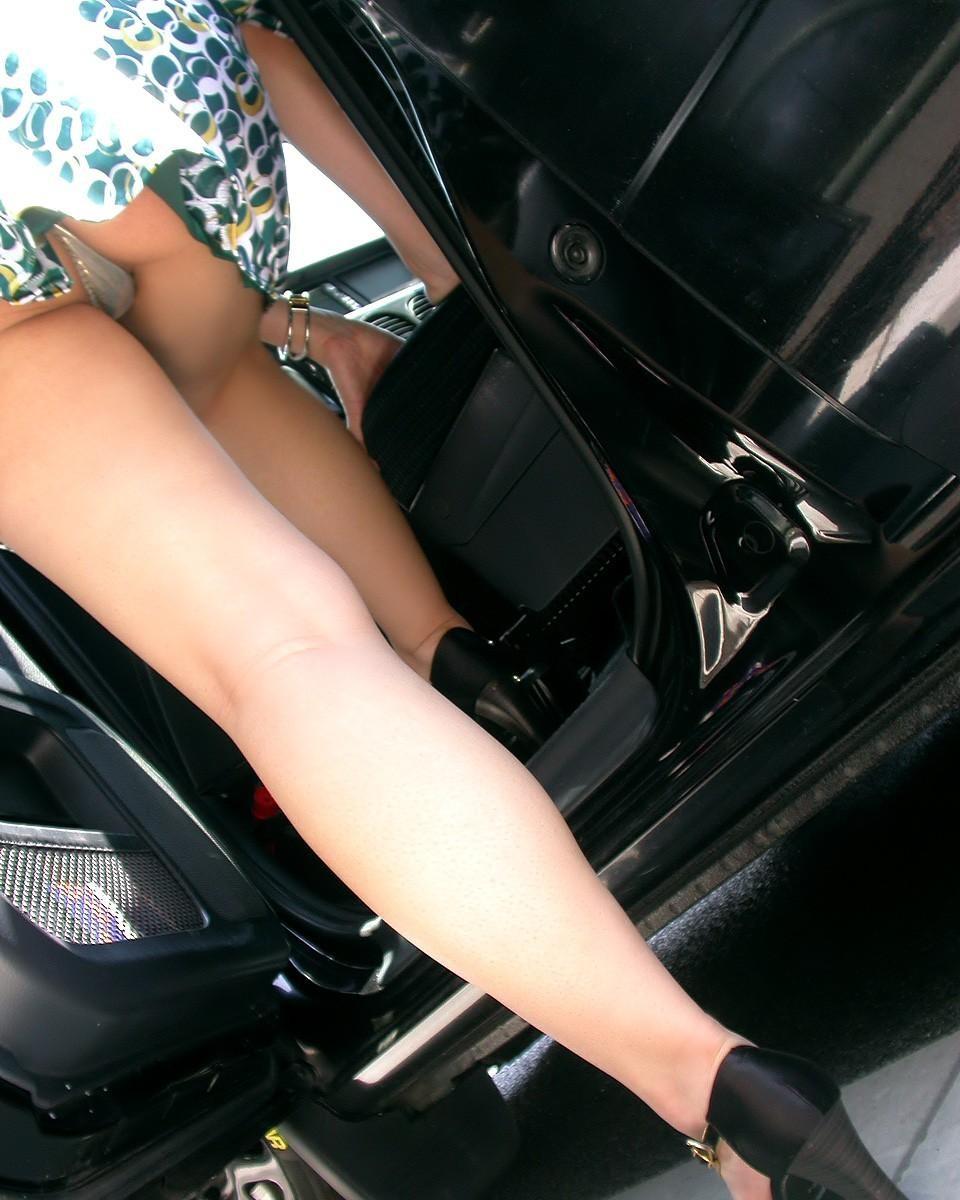 【パンチラエロ画像】乗ってる最中は誘惑がヤバイw車にまつわるチラ見え案件www 16
