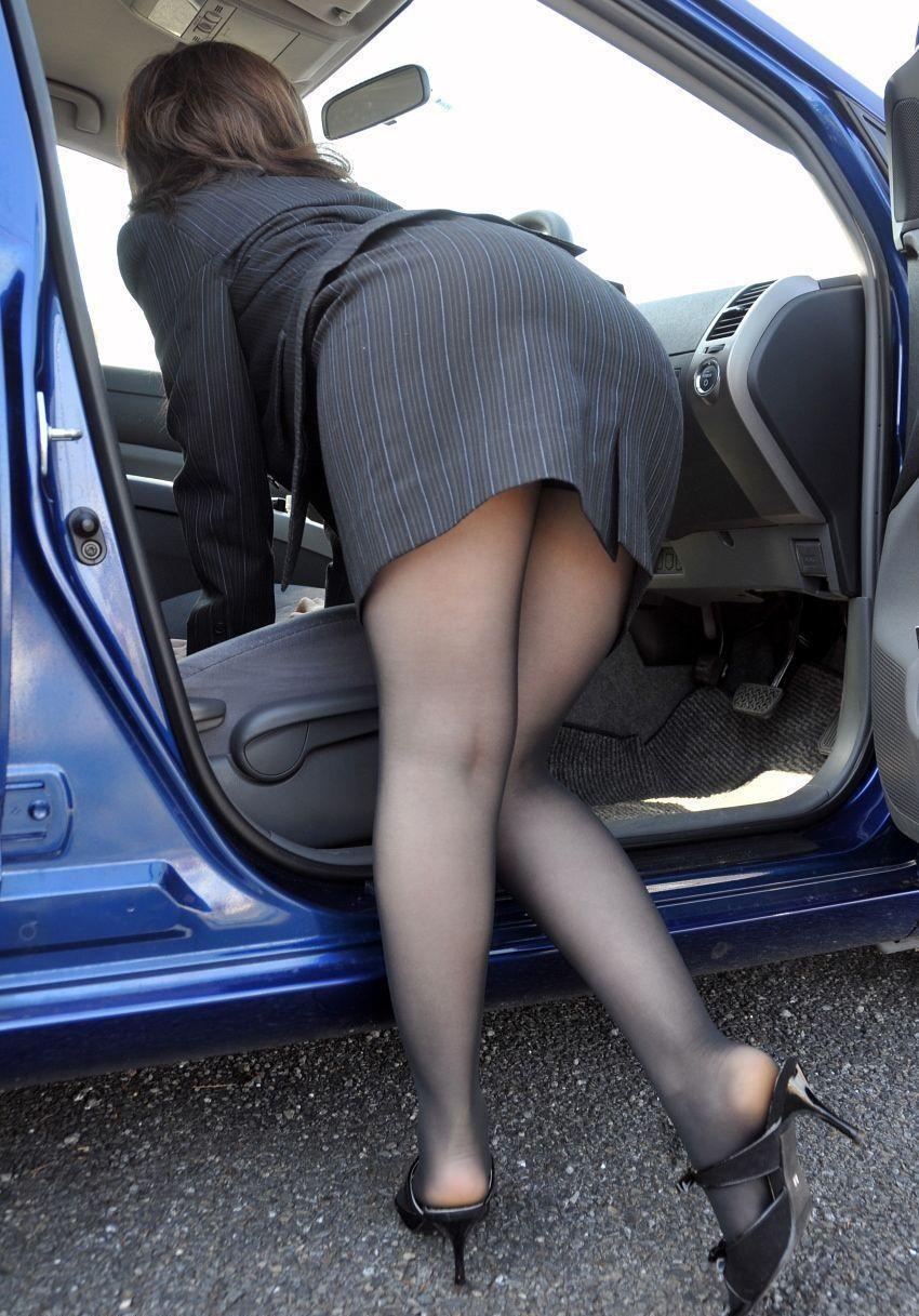 【パンチラエロ画像】乗ってる最中は誘惑がヤバイw車にまつわるチラ見え案件www 19