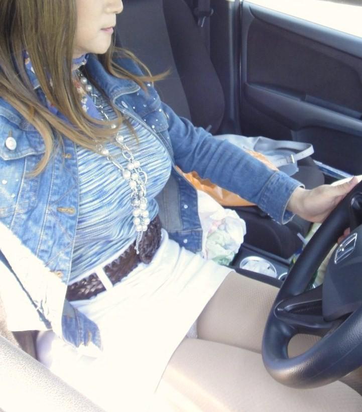 【パンチラエロ画像】乗ってる最中は誘惑がヤバイw車にまつわるチラ見え案件www 22