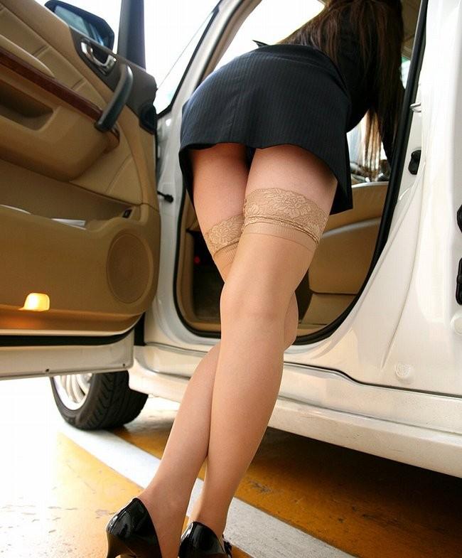 【パンチラエロ画像】乗ってる最中は誘惑がヤバイw車にまつわるチラ見え案件www 24