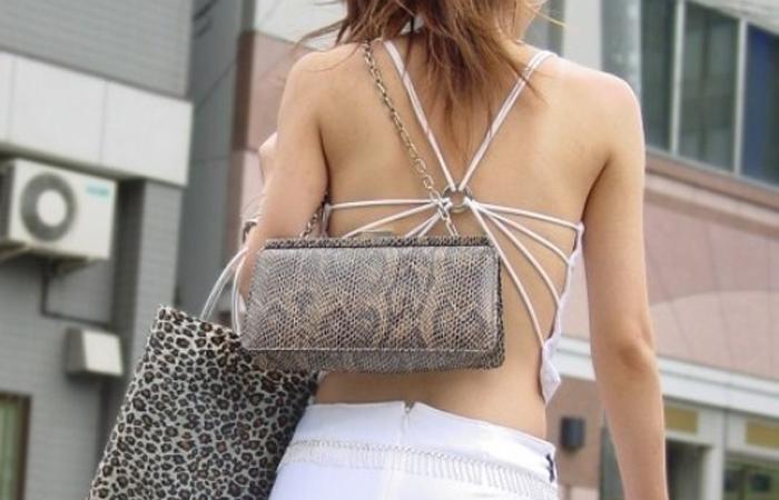 【私服エロ画像】綺麗な背中…エッチなマークを付けてやりたくなる後ろ丸見えギャルの街撮りwww 001