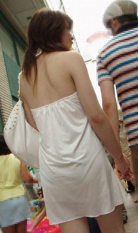 【私服エロ画像】綺麗な背中…エッチなマークを付けてやりたくなる後ろ丸見えギャルの街撮りwww 02