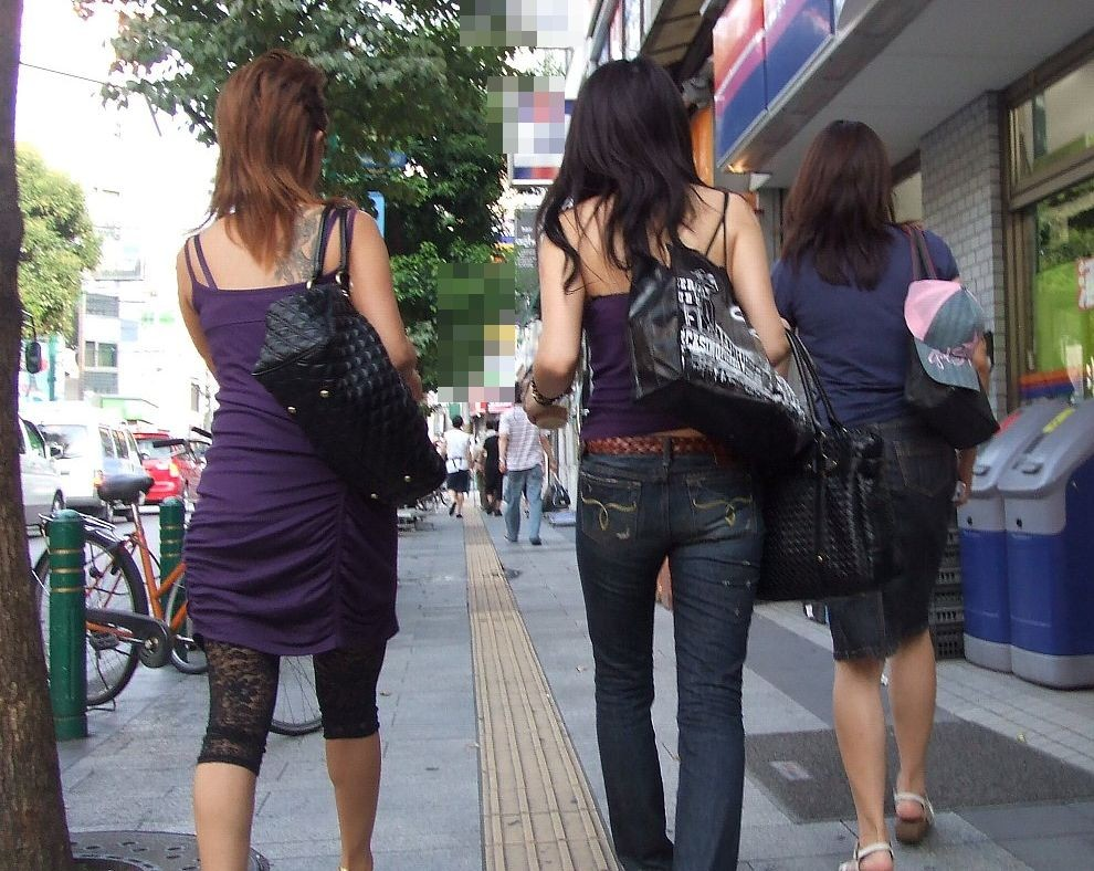 【私服エロ画像】綺麗な背中…エッチなマークを付けてやりたくなる後ろ丸見えギャルの街撮りwww 06