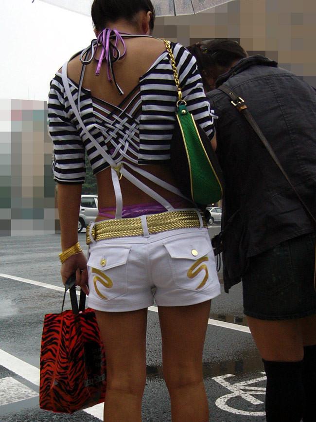 【私服エロ画像】綺麗な背中…エッチなマークを付けてやりたくなる後ろ丸見えギャルの街撮りwww 16