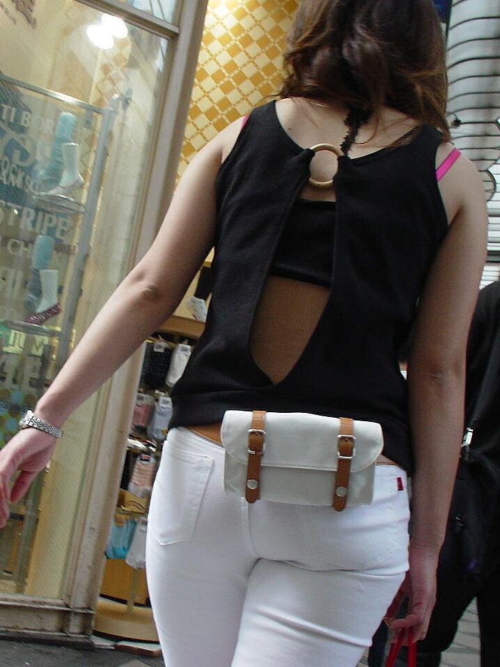 【私服エロ画像】綺麗な背中…エッチなマークを付けてやりたくなる後ろ丸見えギャルの街撮りwww 17
