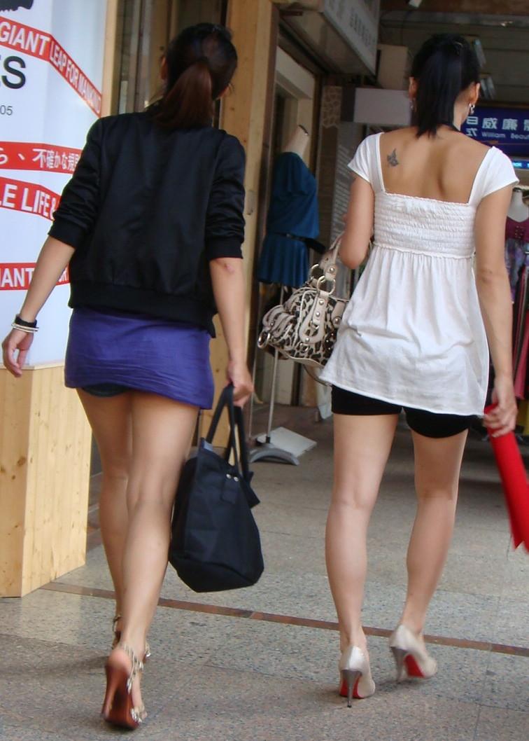 【私服エロ画像】綺麗な背中…エッチなマークを付けてやりたくなる後ろ丸見えギャルの街撮りwww 28