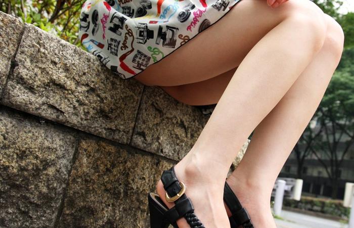 【美脚エロ画像】踏まれてみたい?高いヒールがよく似合う美脚美女を追跡! 001