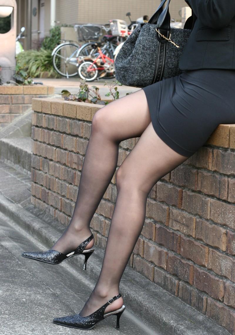 【美脚エロ画像】踏まれてみたい?高いヒールがよく似合う美脚美女を追跡! 03