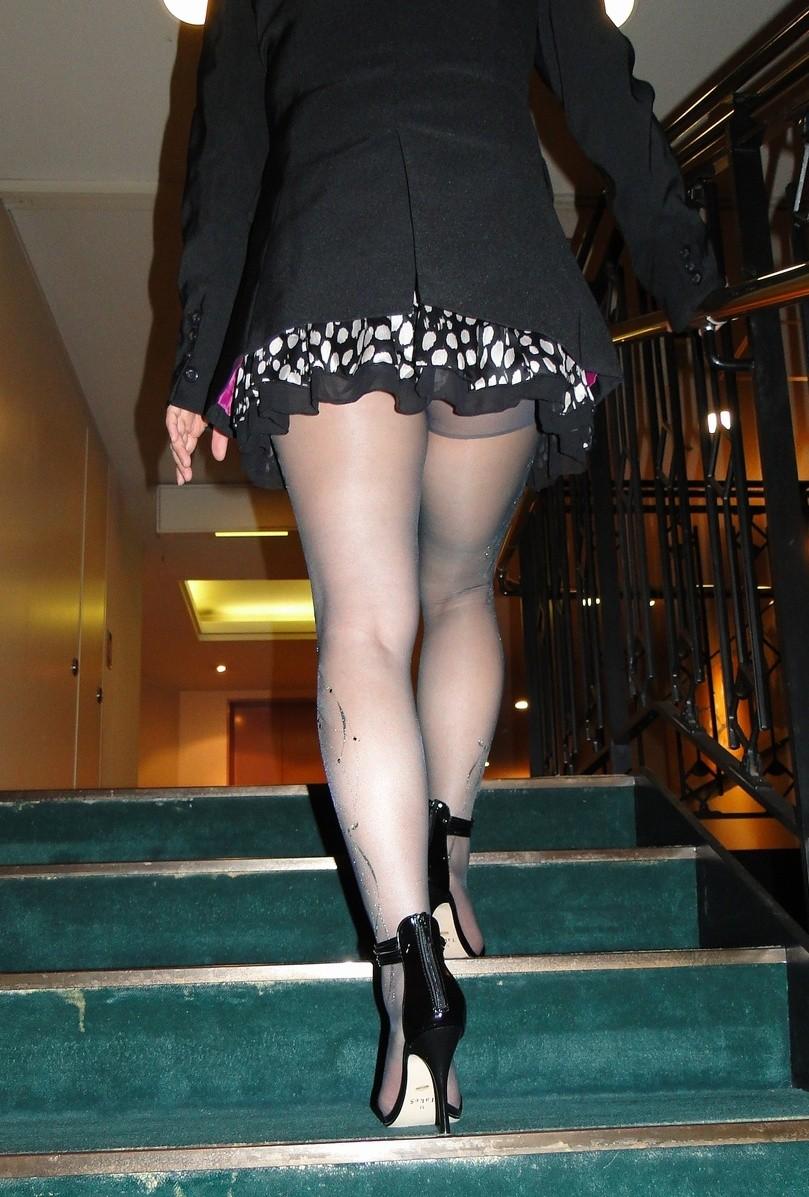 【美脚エロ画像】踏まれてみたい?高いヒールがよく似合う美脚美女を追跡! 06