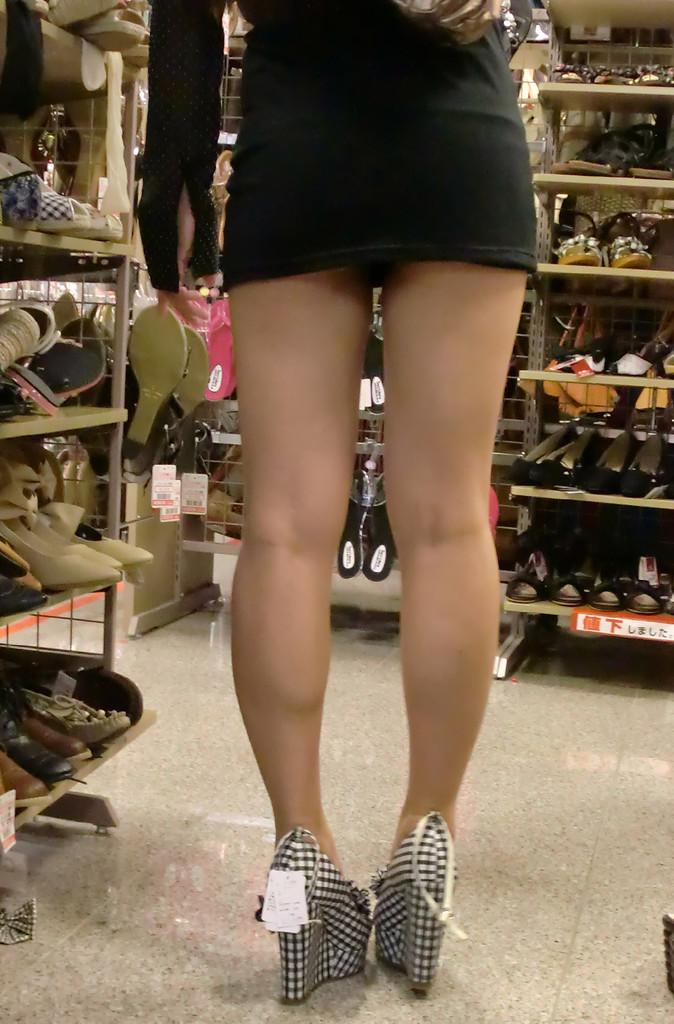 【美脚エロ画像】踏まれてみたい?高いヒールがよく似合う美脚美女を追跡! 15
