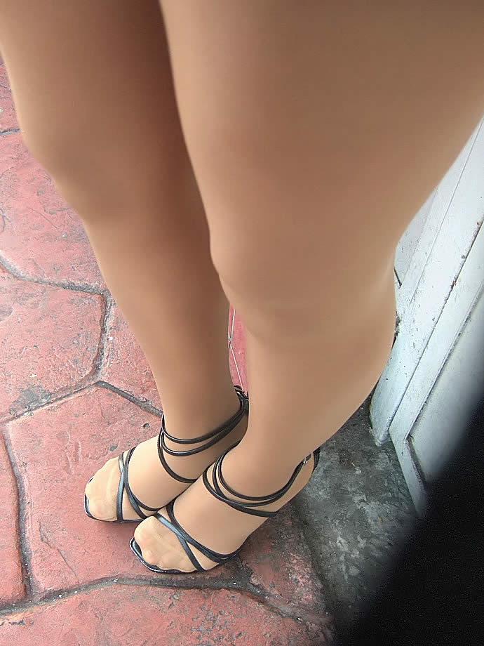 【美脚エロ画像】踏まれてみたい?高いヒールがよく似合う美脚美女を追跡! 16