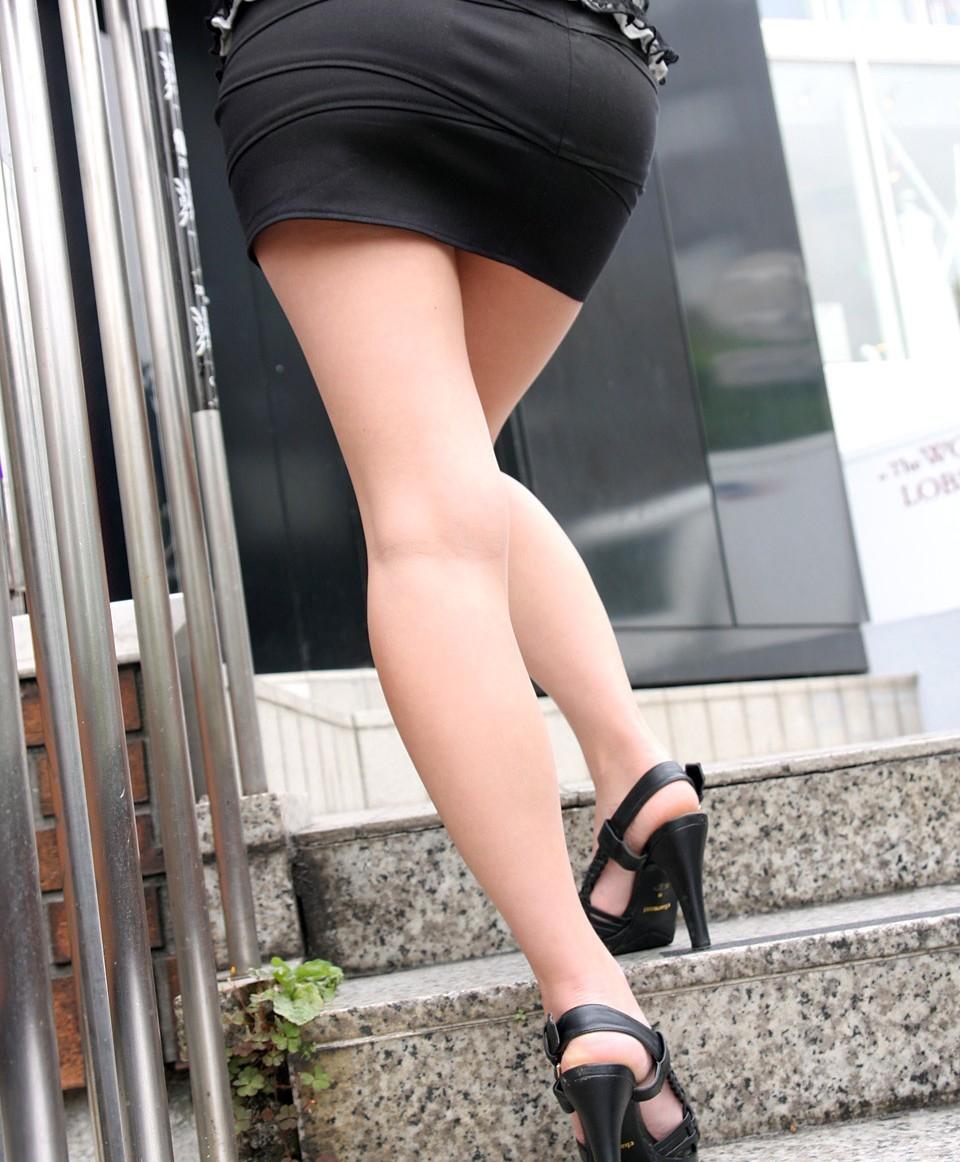 【美脚エロ画像】踏まれてみたい?高いヒールがよく似合う美脚美女を追跡! 18