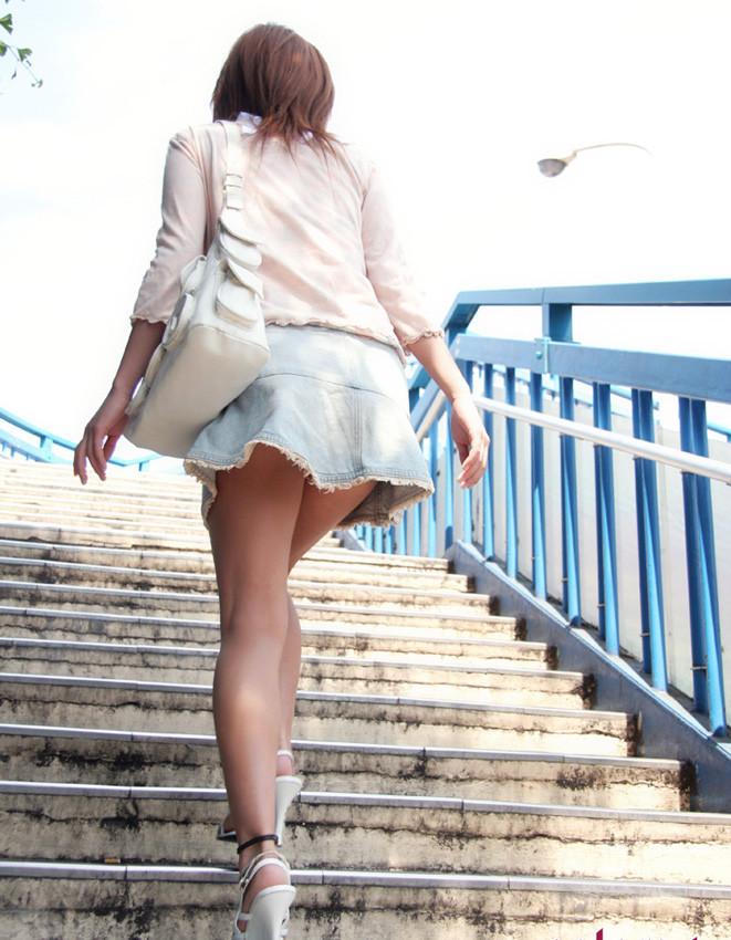 【美脚エロ画像】踏まれてみたい?高いヒールがよく似合う美脚美女を追跡! 20