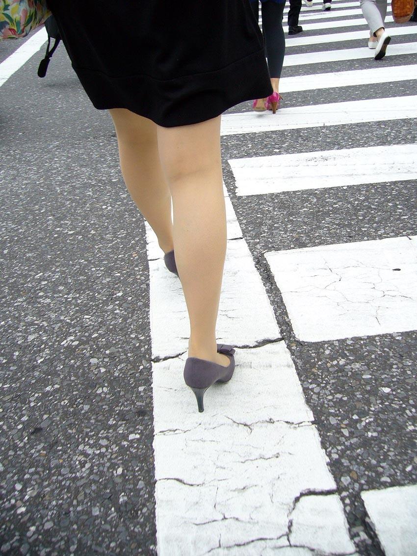 【美脚エロ画像】踏まれてみたい?高いヒールがよく似合う美脚美女を追跡! 29